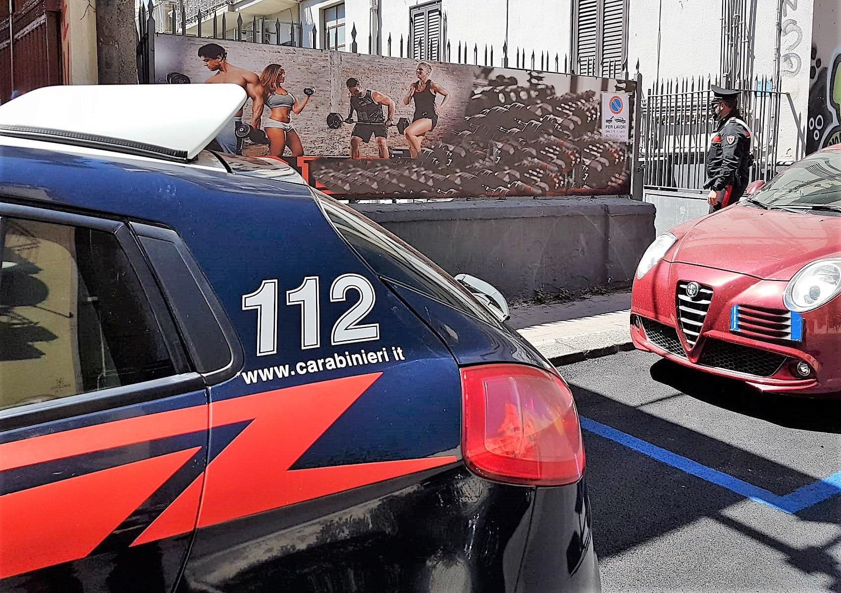 Catania, mattinata di follia in via Gorizia: 36enne minaccia passanti e si scaglia contro i carabinieri