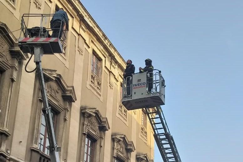 """Catania, domenica di terrore in piazza Duomo: """"Fatemi parlare col sindaco o mi suicido"""""""