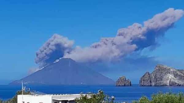 L'Etna chiama, lo Stromboli risponde: forte eruzione, Isole Eolie tra lapilli incandescenti e fuoriuscita di lava