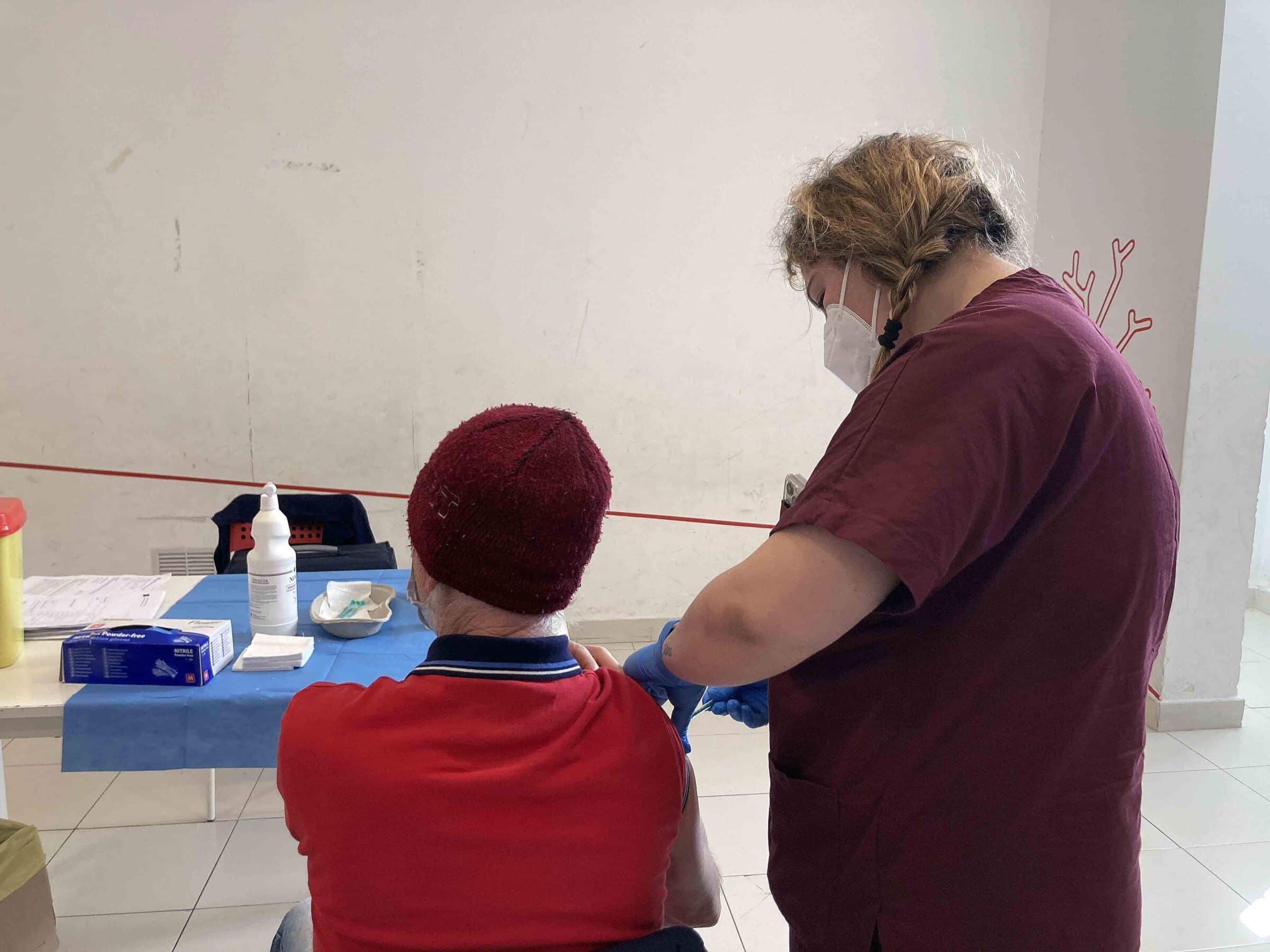 """Palermo, seconda giornata di vaccini """"Accanto agli ultimi"""": 27 immunizzati allo Zen"""
