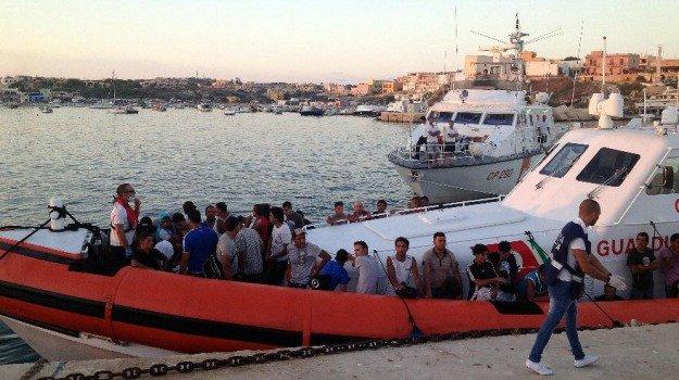 Lampedusa, non si fermano gli sbarchi: arrivate 250 persone, tra loro anche un neonato
