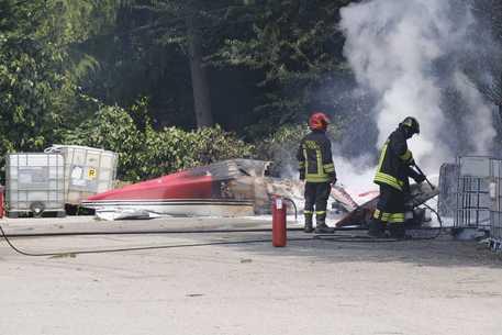 Aereo da turismo precipita al suolo, il pilota muore carbonizzato – I DETTAGLI