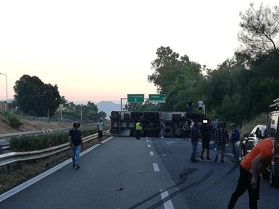 Incidente sulla Catania-Messina, camion si ribalta all'altezza di Giarre: traffico paralizzato