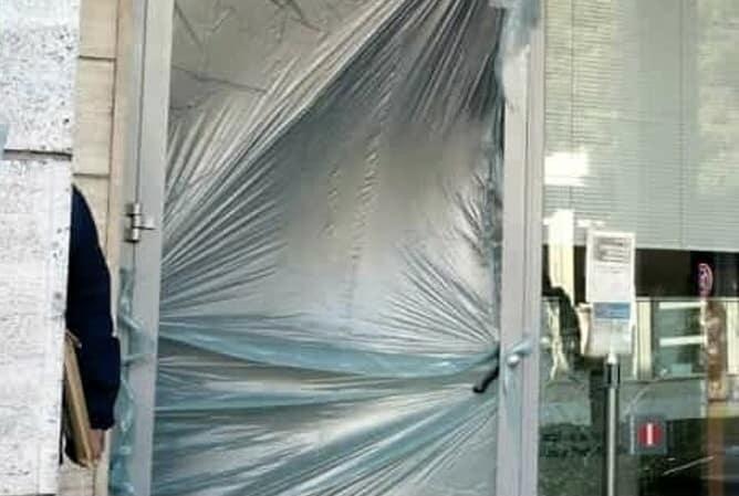 Distrutte a colpi di mazza le vetrine di negozi di Favara, atto vandalico o avvertimento?