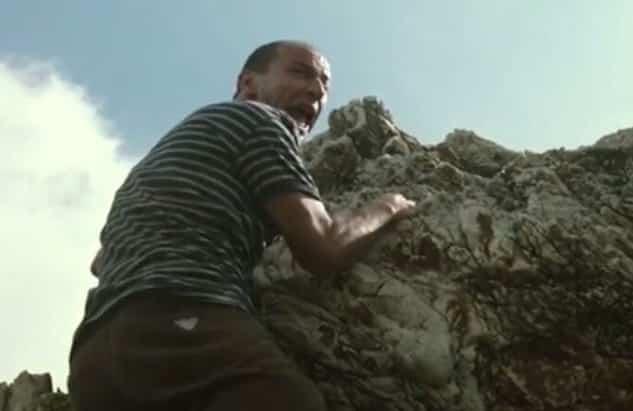 """""""Non posso né scendere né salire"""", pregiudicato resta bloccato su un muro a Librino: salvato dai poliziotti"""