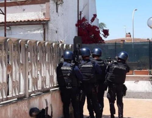 Sparatoria con tre morti, suicida il giovane che ha aperto il fuoco: la scoperta dei carabinieri