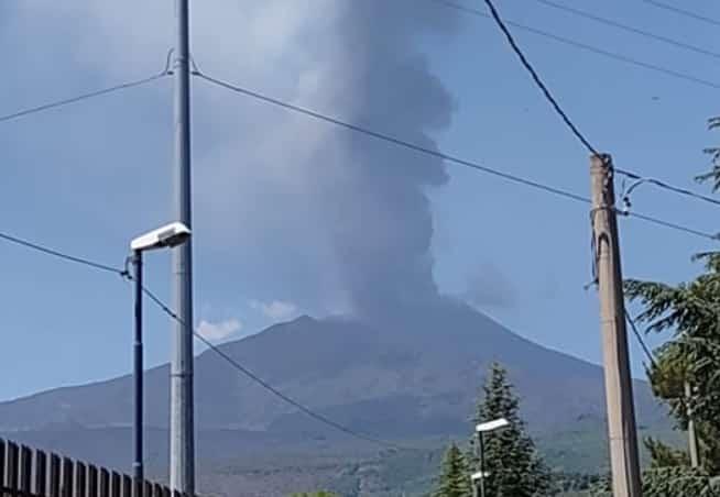 Etna, eruzioni senza sosta: nuova fontana di lava dal Cratere di Sud-Est, si alza la nube di cenere