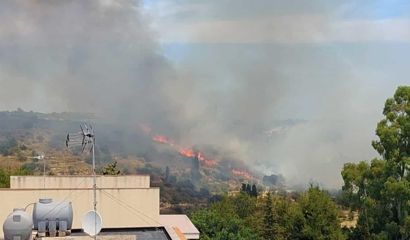 Ancora fiamme alte in Sicilia, incendio in un'area collinare: vigili del fuoco sul posto