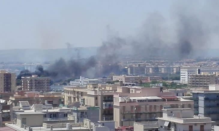 Nube di fumo e fiamme, incendio minaccia la parte alta della città: pompieri in azione