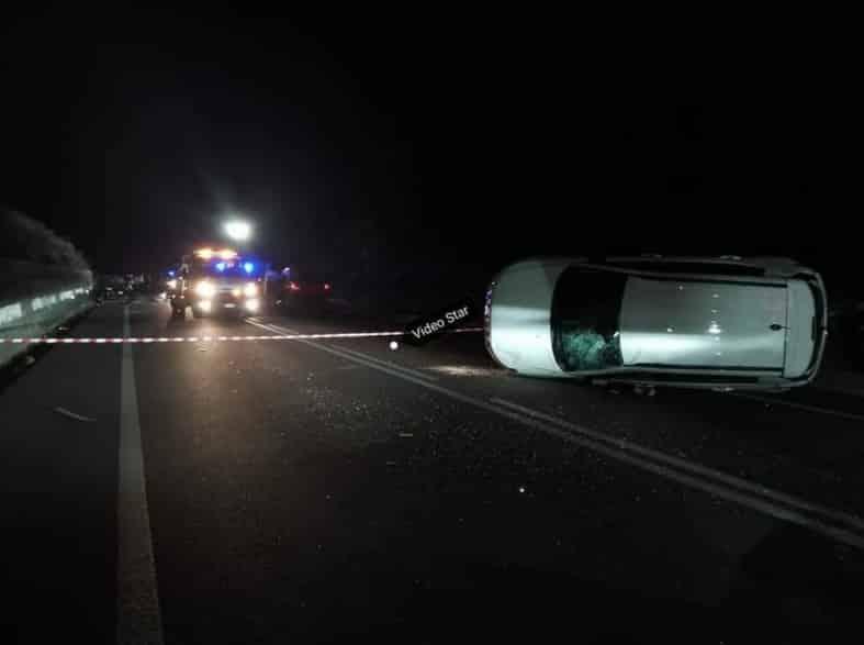 Incidente nel Catanese, colpisce due macchine e poi si ribalta in mezzo alla strada: auto distrutte – le FOTO dello schianto