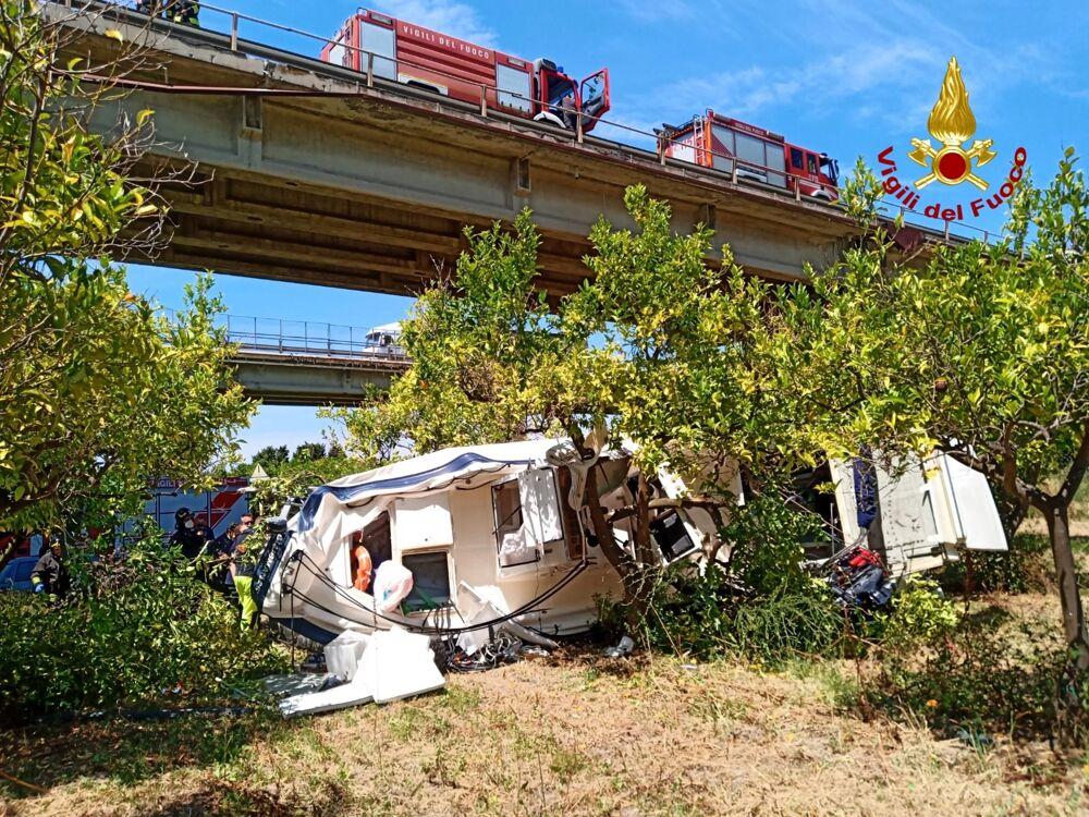 Tragedia lungo l'autostrada A20 Messina-Palermo, auto precipita dal viadotto: una vittima
