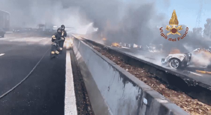 Tragico schianto sulla A1, coinvolti una macchina e due camion: morti i conducenti, i mezzi hanno preso fuoco