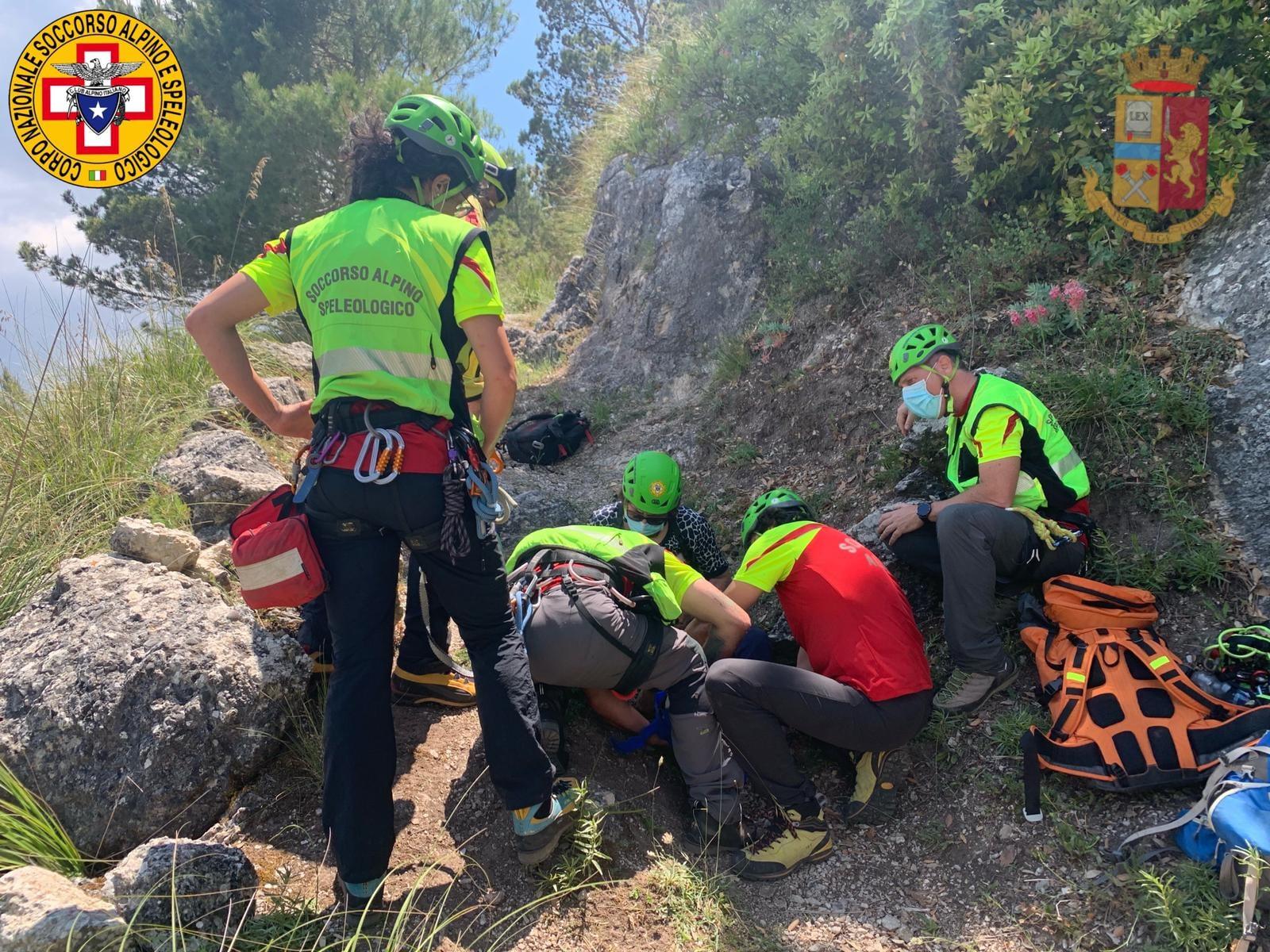Scivola in montagna e si frattura la caviglia, paura per una 69enne: elisoccorso e tecnici in azione