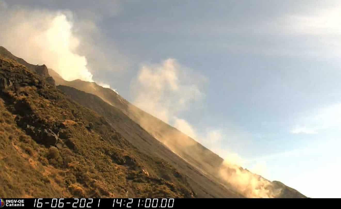 Esplosione sullo Stromboli, frana si stacca dal cratere e rotola giù: i DETTAGLI dell'Ingv