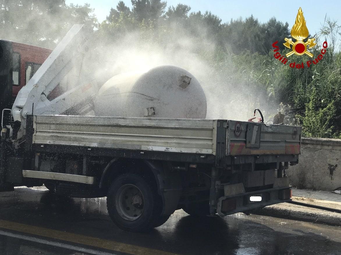 Serbatoio di GPL si ribalta su furgone, si genera fuga di gas: vigili del fuoco sul posto – VIDEO