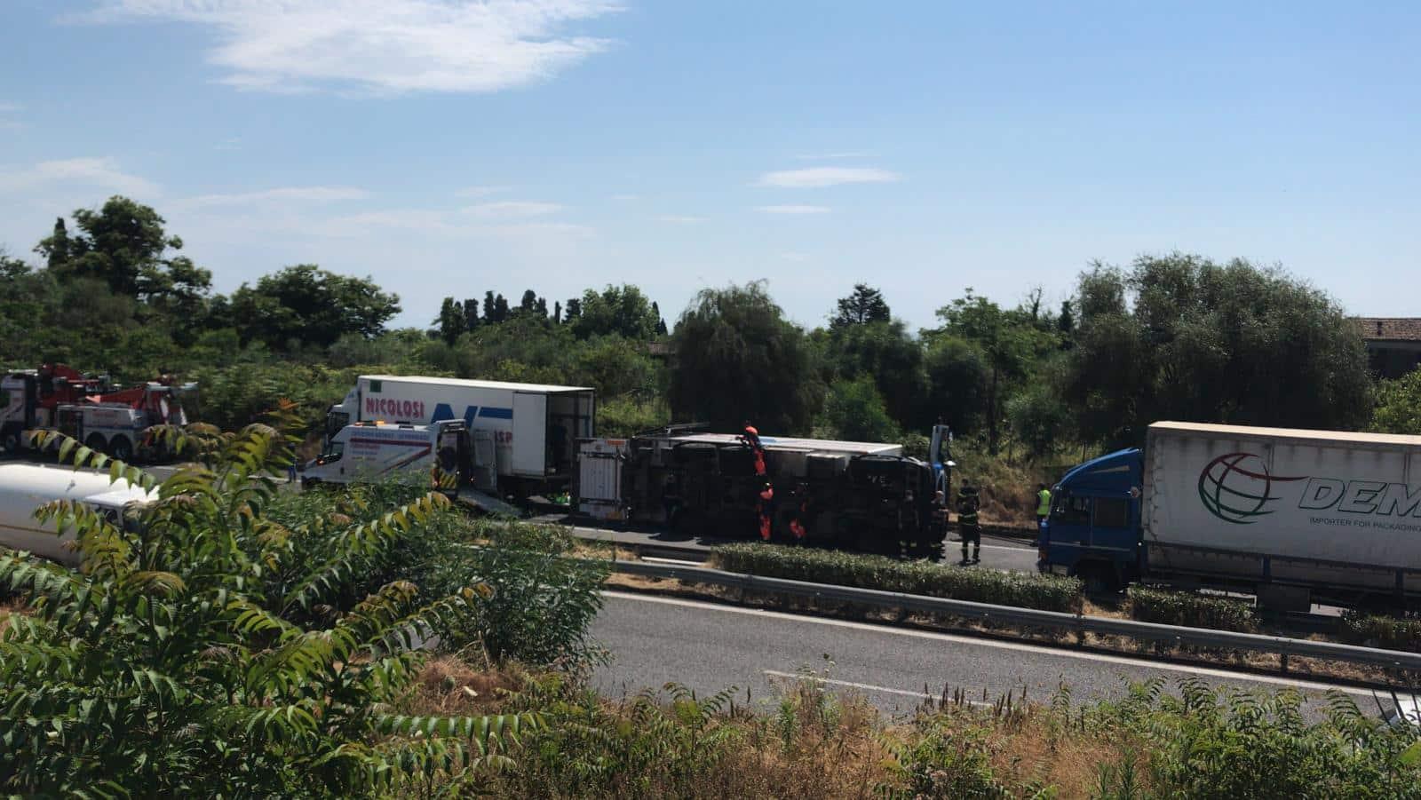 Incidente sulla Messina-Catania, Tir ribaltato all'altezza di Giarre e traffico bloccato: AGGIORNAMENTO