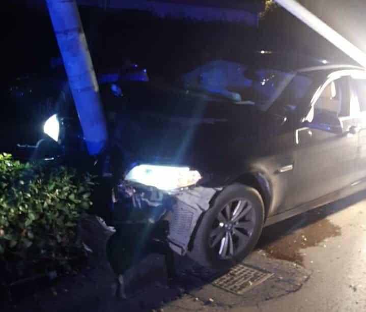 Incidente nel Catanese, BMW impatto contro palo dell'illuminazione: 4 ragazzi in ospedale