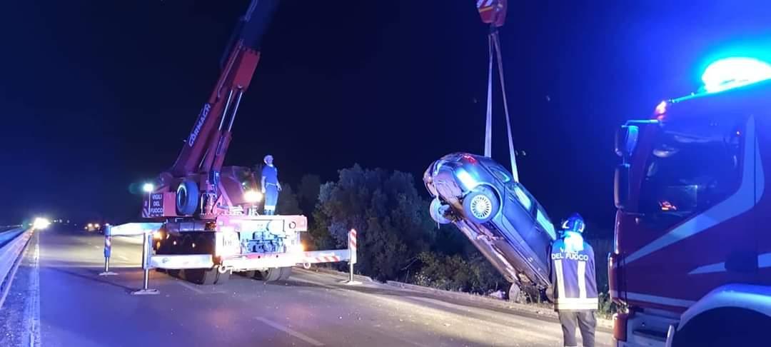 Forte impatto tra tre auto, cinque persone ferite: scatta la corsa in ospedale