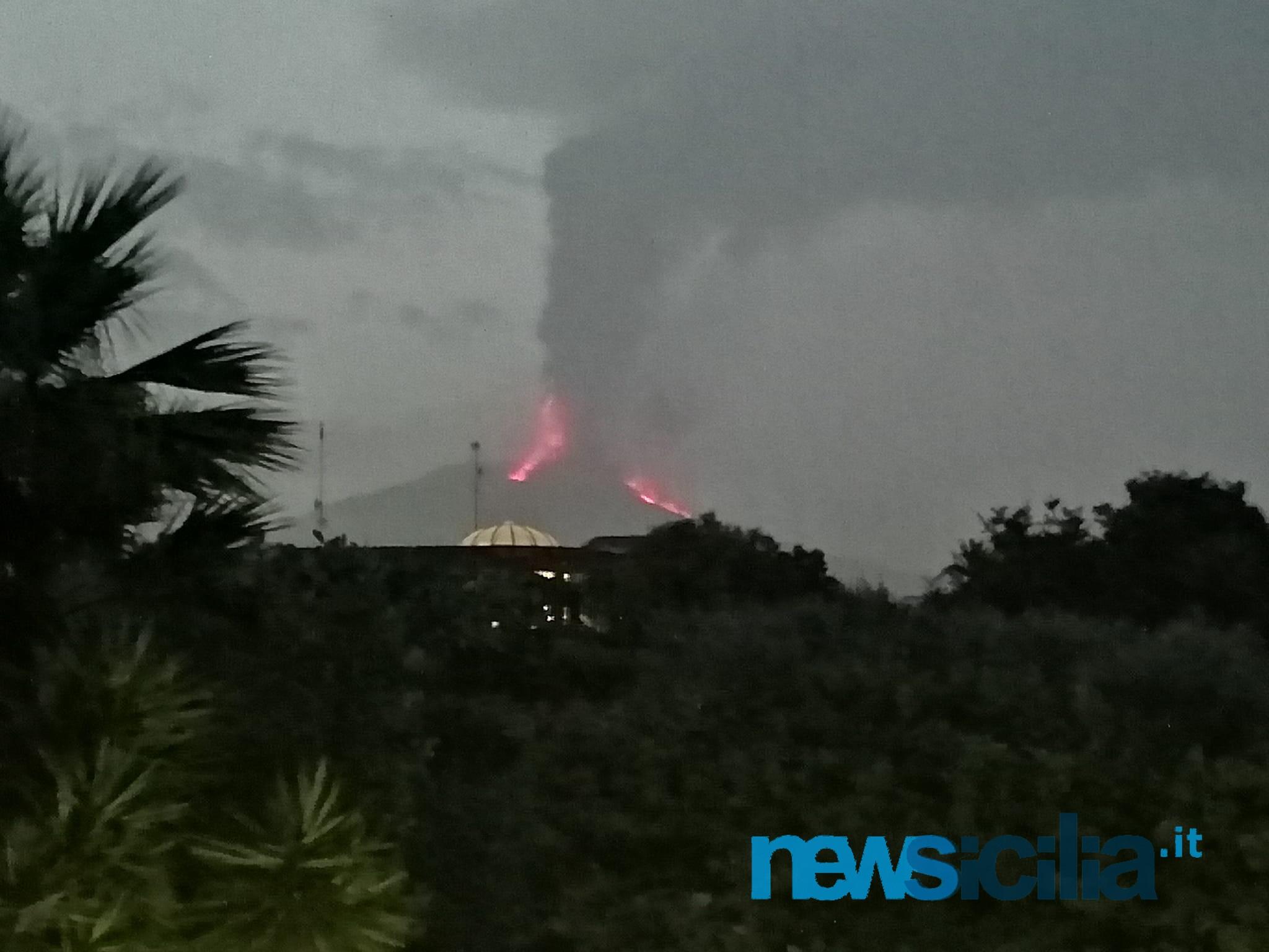 """L'Etna non si ferma più, altra maestosa eruzione: si """"spacca"""" ancora il Sud-Est, nube di 9 chilometri – FOTO e VIDEO"""
