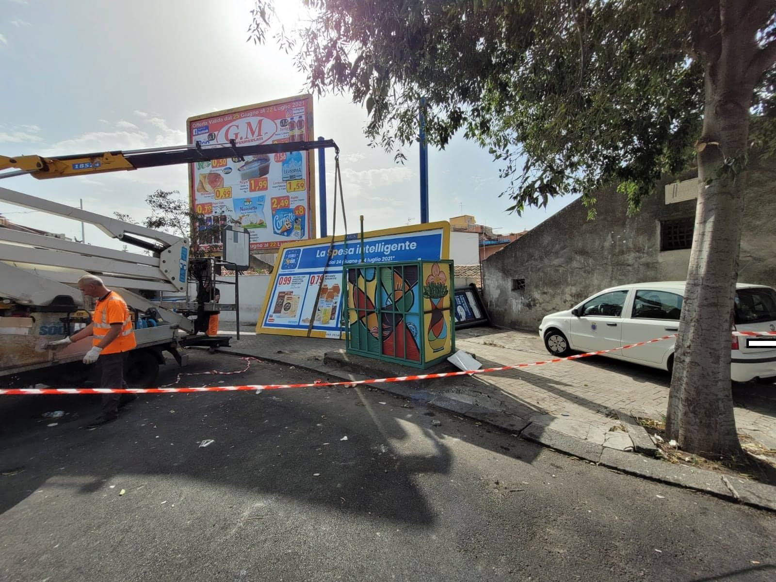 Catania, continua la rimozione dei cartelloni pubblicitari in contrasto con il Codice della Strada – FOTO e VIDEO