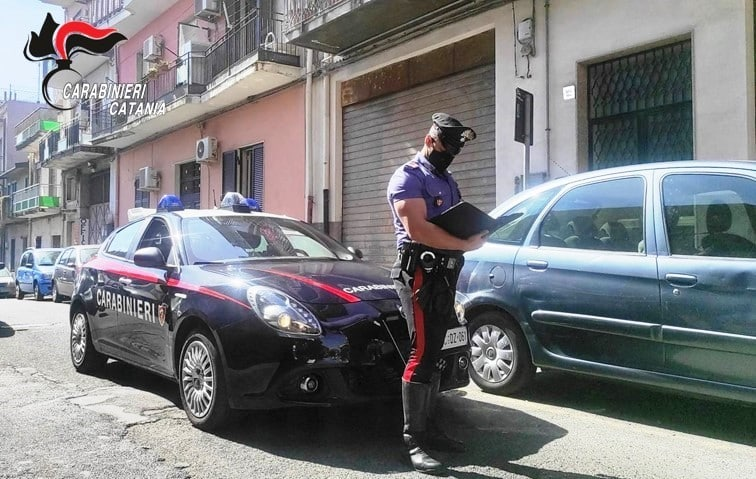 Catania, pesta gli zii per soldi: sangue sulle scale e sul pianerottolo, arrestato 32enne