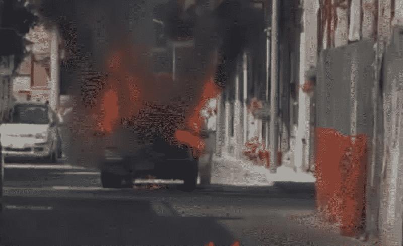 """Auto """"divorata"""" dalle fiamme nel Catanese: vigili del fuoco sul posto – VIDEO"""