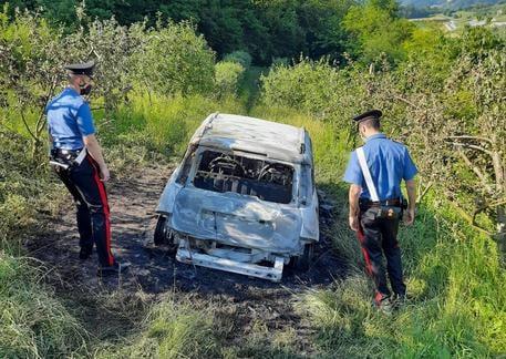 Ritrovato cadavere carbonizzato in un'auto, l'autopsia rivela l'identità: si tratta di un geometra siciliano