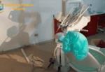 Panettiere si spacciava per dentista, chiuso studio medico: blitz con cliente dentro, il VIDEO