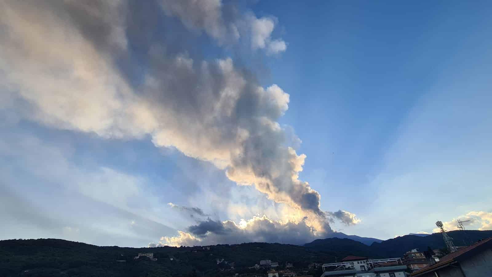 Etna, cenere vulcanica lungo le strade di Catania: il Comune raccomanda la massima prudenza