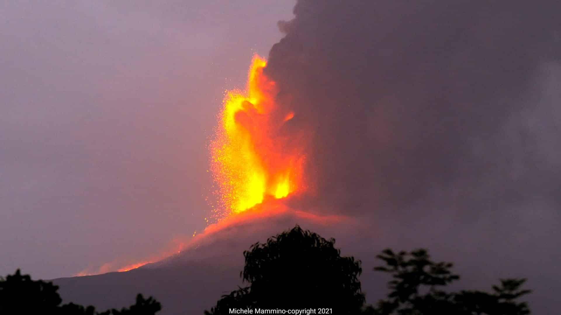 Etna, eruzione di pochi minuti: ricaduta di cenere con fontana di lava, i bollettini dell'Ingv