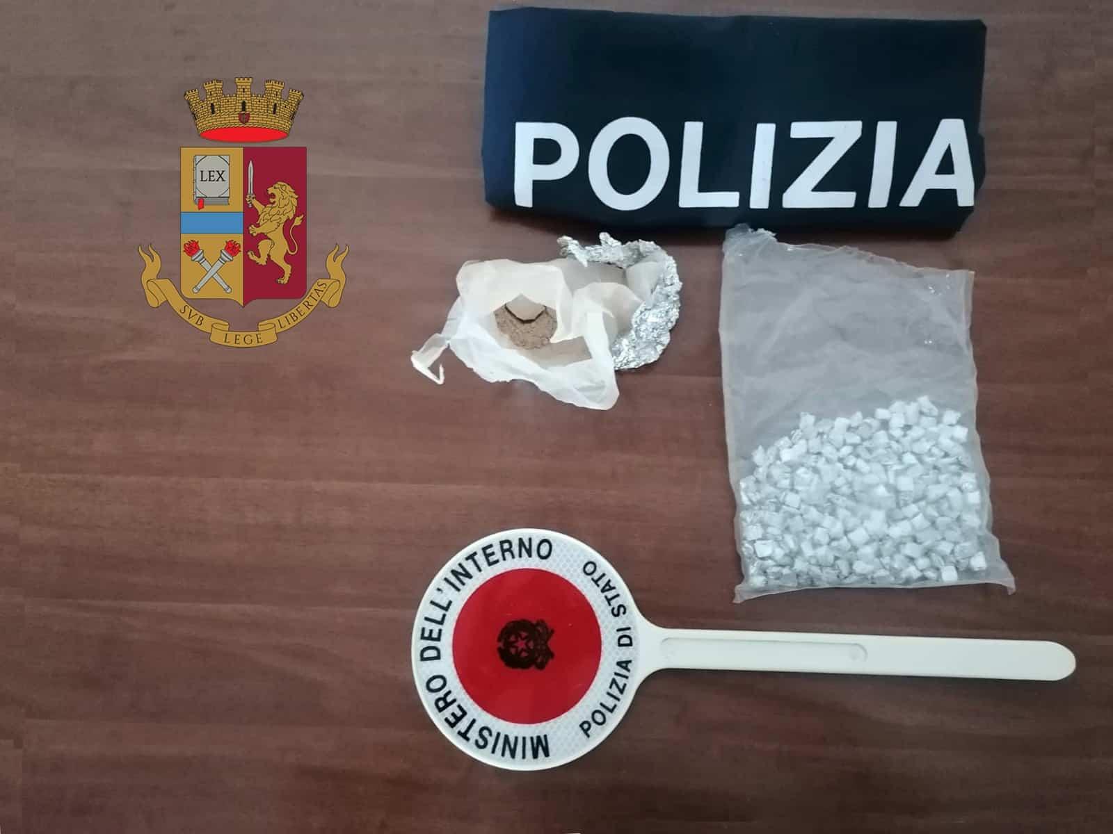Pusher nasconde oltre 200 dosi di droga in ogni dove, anche nelle parti intime: arrestato
