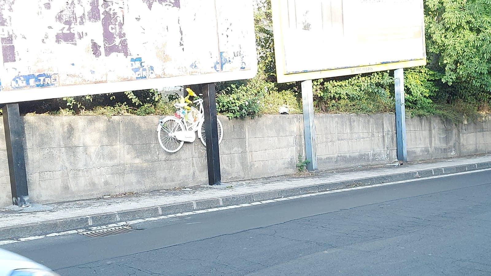 Catania, rimosso il tabellone abusivo che occultava la bici ricordo di Joshua La Rosa