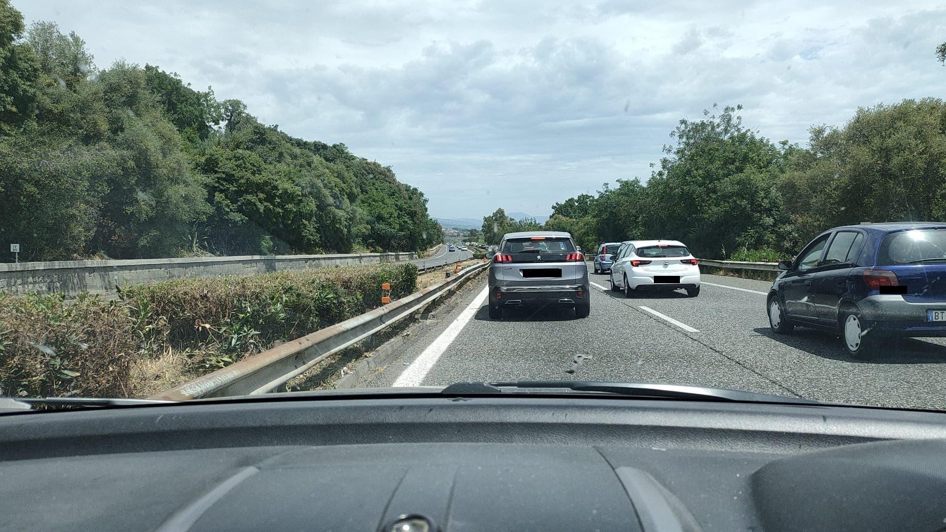 Ore e chilometri di fila sulla A18 da Acireale a Giarre, automobilisti letteralmente in tilt – FOTO