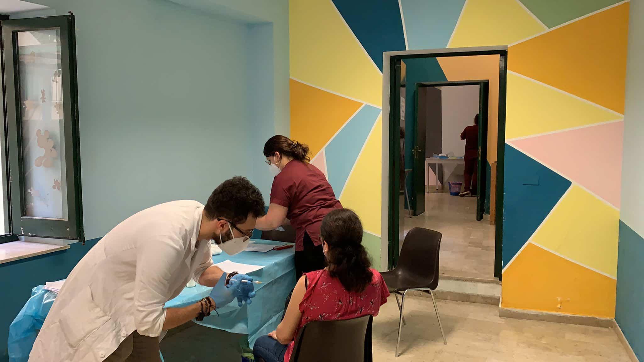 """""""Accanto agli ultimi"""" fa tappa all'Alberghiera, circa 100 vaccinati: immunizzate oltre 900 persone in condizioni di disagio sociale"""