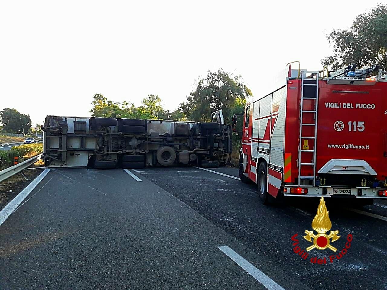 Incidente Catania-Messina, camion ribaltato: autista ferito, le FOTO dell'intervento dei vigili del fuoco