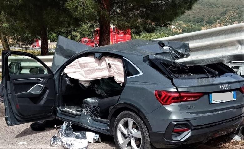 Violento incidente sulla A20, Audi Q3 finisce contro il guardrail: auto spaccata in due, conducente in ospedale