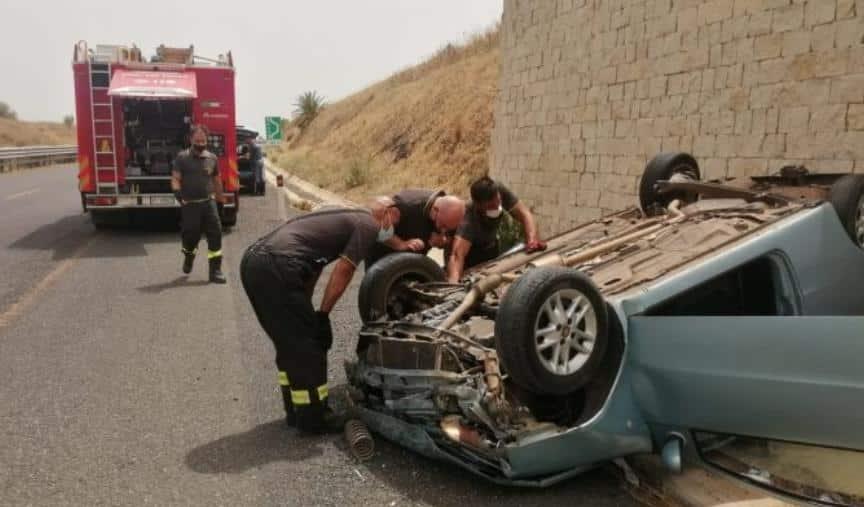 Noto, auto si ribalta in autostrada: tre feriti tra le lamiere, estratti dai vigili del fuoco