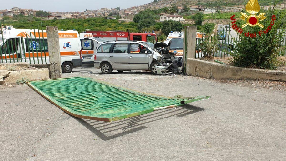 Incidente stradale in via Garibaldi, impatto col pilastro e cancello distrutto: un ferito al Cannizzaro – FOTO