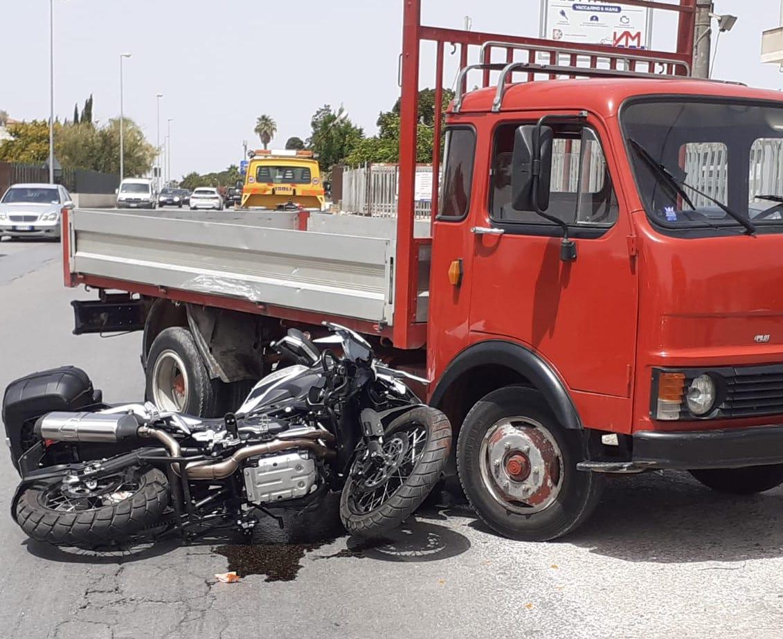 Incidente a Vittoria, moto finisce contro autocarro: un ferito in ospedale