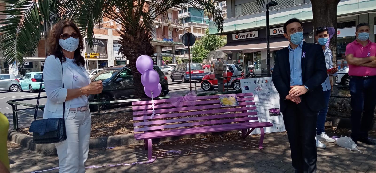 """Catania, in piazza Michelangelo inaugurata la panchina lilla: """"Simbolo contro disturbi alimentari"""""""