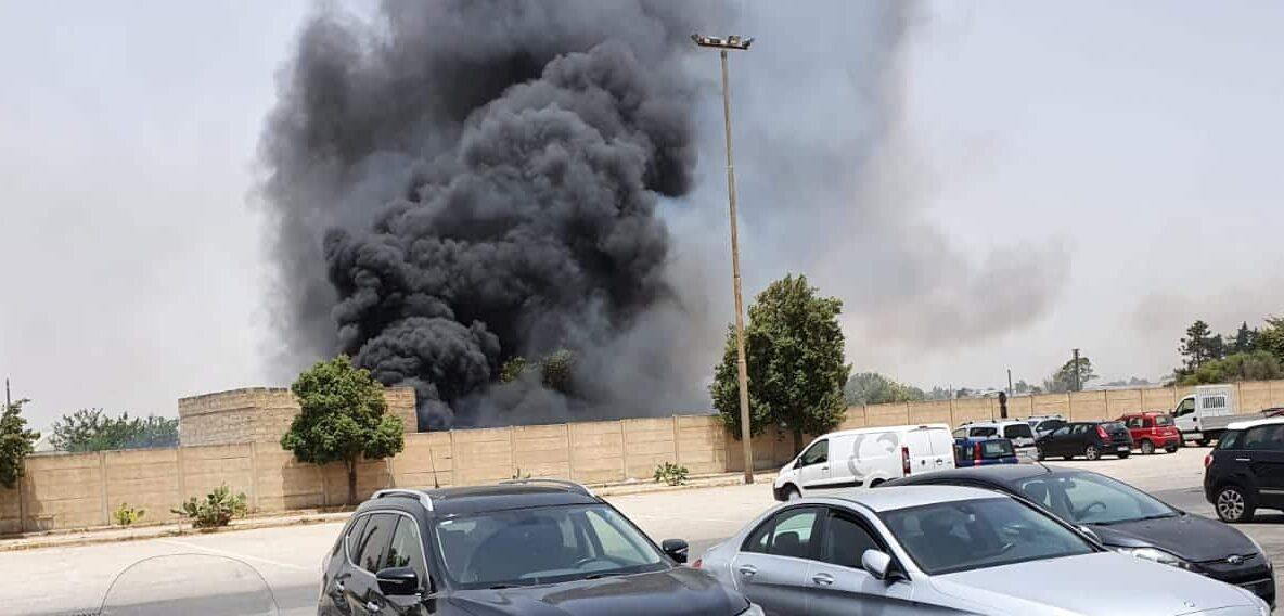Terribile incendio al mercato ortofrutticolo: alte lingue di fuoco e fumo nero – FOTO e VIDEO
