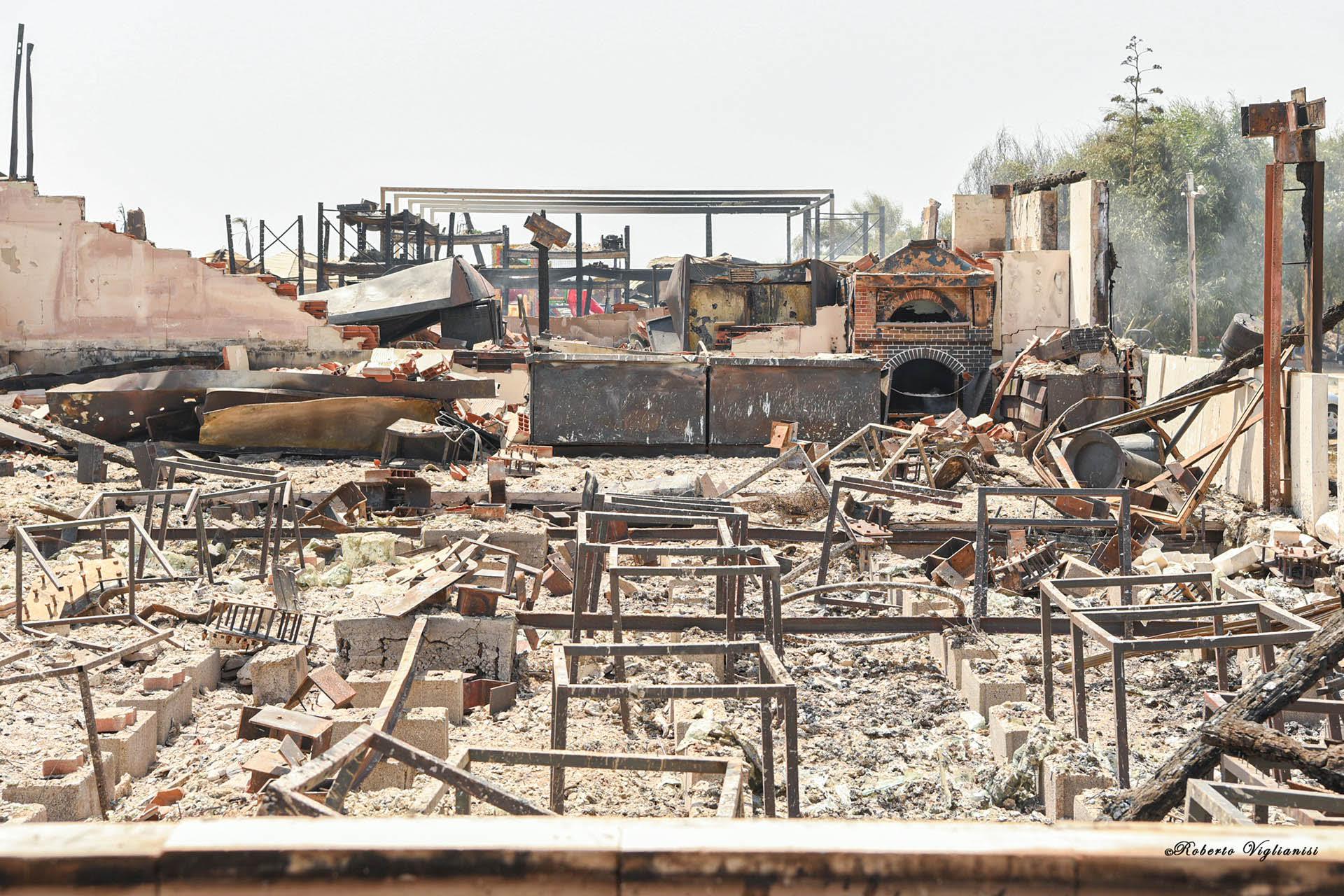 Catania devastata dalle fiamme, si fa la conta dei danni: oltre 60 case distrutte, centinaia di persone in fuga