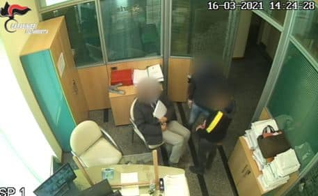 Assalto in banca, volto coperto e pistola in mano: bottino da 82mila euro, 3 arrestati