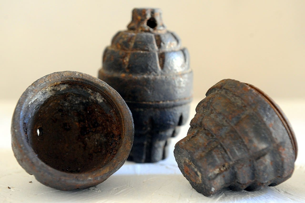 Bombe a mano ritrovate durante gli scavi in Sicilia, operazione in corso per bonificare l'area