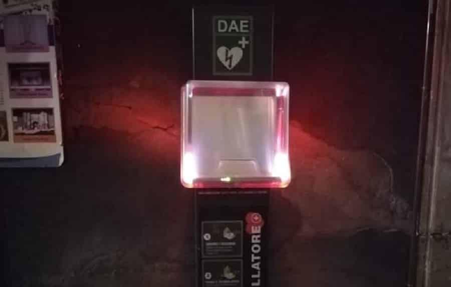È successo di nuovo, a Catania rubano defibrillatore in strada: era lì in onore di Raffaele Barresi, donato per il bene della città