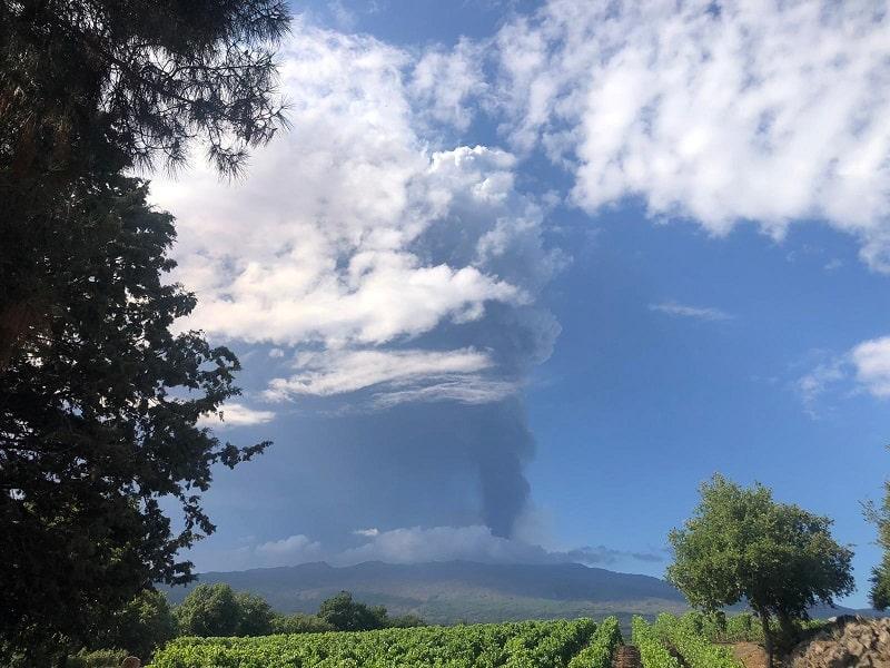 Eruzione Etna, tremore vulcanico su valori molto alti. Ecco dove si disperderà la nube eruttiva: gli aggiornamenti di Ingv