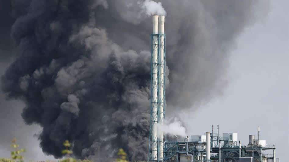 Esplosione in impianto chimico, una nube nera e l'allarme in Germania: feriti e dispersi