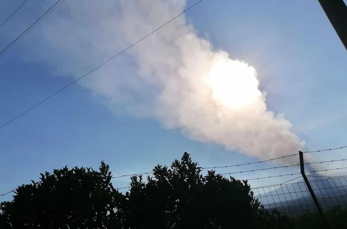 Eruzione dell'Etna, dal Sud-Est due trabocchi lavici e maestosa nube di cenere – AGGIORNAMENTO e FOTO