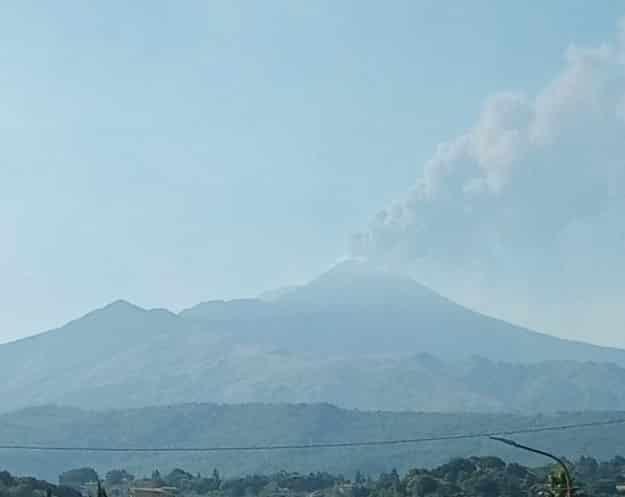 """Etna in """"ebollizione"""", nuova nube vulcanica: stavolta a sorprendere è il Cratere di Nord-Est"""