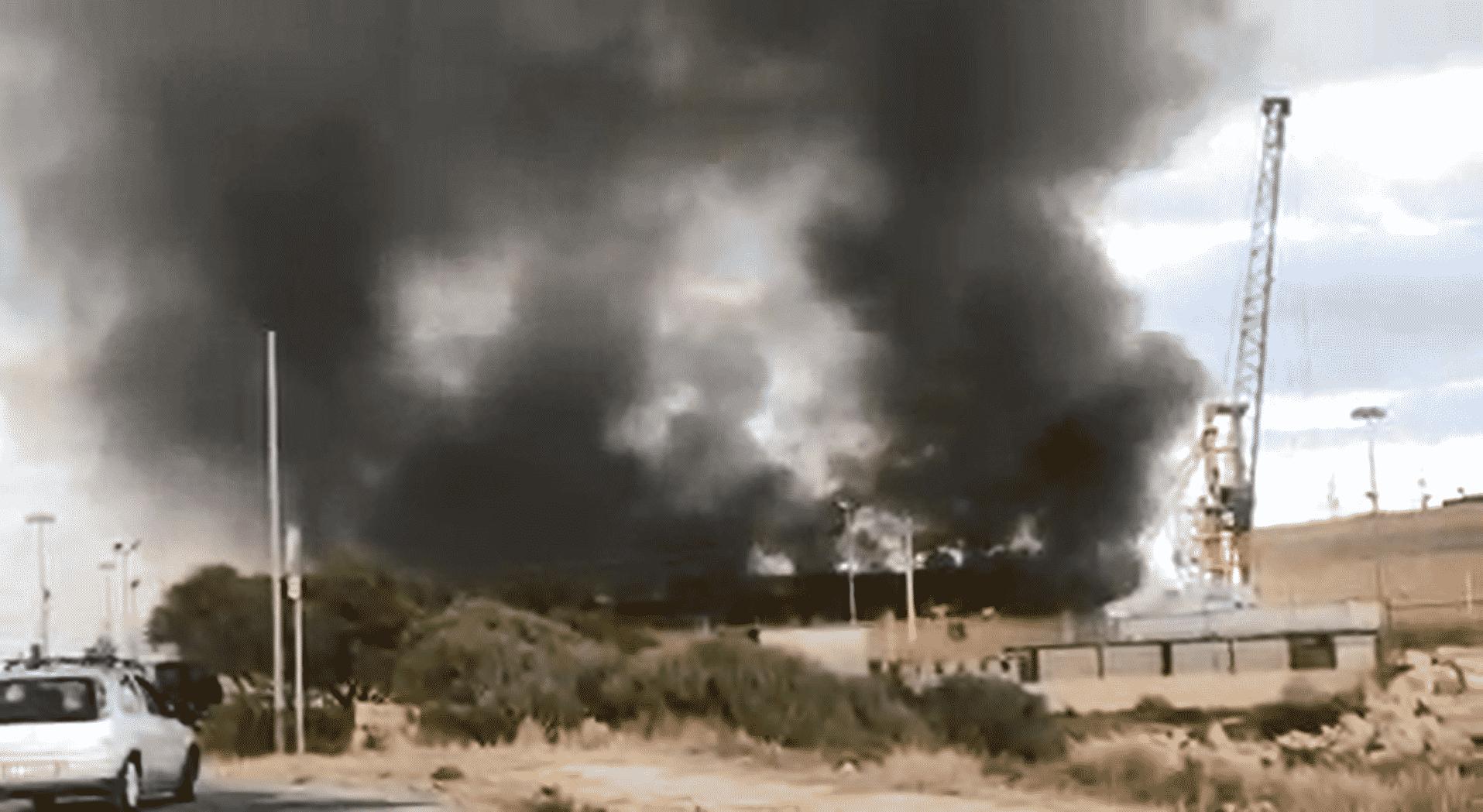 Rivolta all'hotspot, danno fuoco ai materassi e causano incendio: 35 migranti in fuga – FOTO e VIDEO